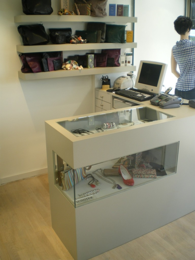 comptoir vitrine agencement de magasin. Black Bedroom Furniture Sets. Home Design Ideas